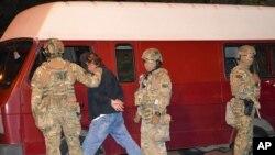 Pengmarrësi merret nga oficerët e policisë në Lutsk