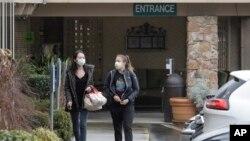 미국 내 신종 코로나바이러스 최초 사망자와 두 번째 사망자가 나온 워싱턴주 에버그린헬스병원 요양병동 '라이프케어센터'에서 시민들이 2일 마스크를 착용하고 있다.
