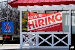 Un letrero de contratación muestra afuera del restaurante en Prospect Heights, Illinois, 21 de marzo de 2021.