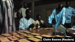 Des agents électoraux comptent les votes à N'Djamena, la capitale du Tchad, le 3 mai 2006. REUTERS/Claire Soares