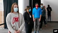 资料照片:犹他大学的学生排队进行新冠病毒检测(2020年11月18日)