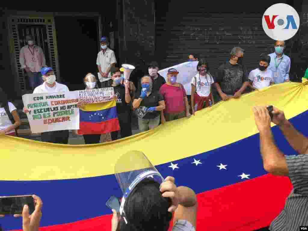 """La manifestación también contó con el respaldo del gobierno interino. """"El testimonio de lucha del sector docente que salió a las calles en toda Venezuela es inspiración para nuestro país"""", escribió el presidente interino Juan Guaidó en Twitter."""