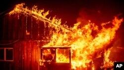 کیلی فورنیا کے بیری کریک کے علاقے میں جنگل کی آگ نے آبادیوں کو بھی اپنی لپیٹ میں لے لیا ہے۔ (فائل فوٹو)