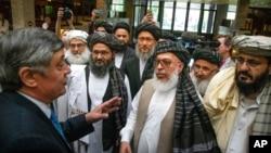 Đặc sứ Nga về Afghanistan, Zamir Kabulov (trái) nói chuyện với các đại diện của Taliban trong cuộc gặp ở Moscow vào ngày 28/5/2019.