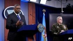 Sekretar za odbranu Lojd Ostin, levo, i predsedavajući Združenog generalštaba general Mark Milej tokom brifinga za novinare u Pentagonu, Vašington, 6. maja 2021.