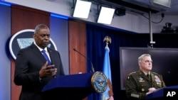 Ministar odbrane Lloyd Austin, lijevo, i general Mark Milley sudjeluju na brifingu u Pentagonu u Washingtonu, 6. maj 2021. godine.