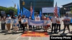 2020年8月28日维吾尔族抗议者在纽约联合国总部前声援新疆。