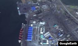 북한 황해북도의 송림항을 촬영한 위성 사진. 여러 척의 대형 선박에 석탄을 싣고 있다. 구글어스.