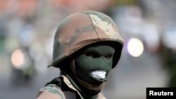 Un membre de la Force de défense nationale sud-africaine dans le canton d'Alexandra, Afrique du Sud, le 28 mars 2020. (Reuters)