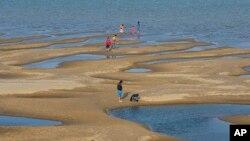 泰國東北地區湄公河沙洲上的遊客。(2019年12月4日)