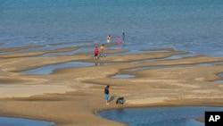 泰国东北地区湄公河沙洲上的游客。