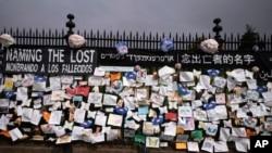На фото: паркан кладовища Green-Wood у Брукліні, Нью-Йорк прикрашений згадками про померлих від COVID-19