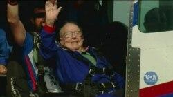 Як 94-річний дідусь зі штату Кентуккі з парашутом стрибав. Відео