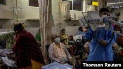 인도 수도 뉴델리의 한 병원 응급실에서 환자들이 치료를 기다리고 있다.