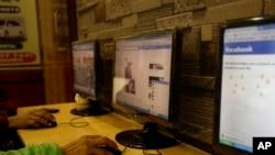 資料照片:人們在一家網吧上網瀏覽。 (2016年2月9日)