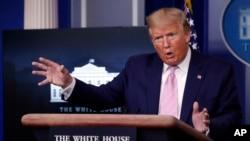 도널드 트럼프 미국 대통령이 1일 백악관에서 신종 코로나바이러스 감염증(COVID-19) 관련 기자회견을 열었다.