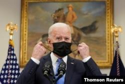 조 바이든 미국 대통령이 지난 28일 백악관 연설에 앞서 마스크를 벗고 있다.