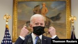 조 바이든 미국 대통령이 백악관 연설에 앞서 마스크를 벗고 있다. (자료사진)