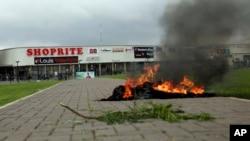 Aksi protes dilakukan di depan toko Shoprite milik pengusaha Afrika Selatan di kota Abuja, Nigeria (4/9) lalu.