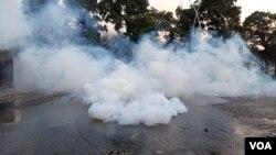 اسلام آباد میں پولیس نے مظاہرین کو ریڈ زون میں داخلے سے روکنے کے لیے بڑے پیمانے پر آنسو گیس استعمال کی۔