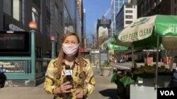 La periodista Celia Mendoza, de la Voz de América, graba un reportaje en el centro de Nueva York, en la esquina entre la Calle 34 y la 8ª Avenida, tras entrevistar a vendedores ambulantes.