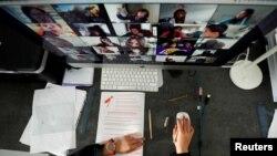 دانشجویی در کلاس آنلاین با استفاده از اپلیکیشن زوم. ۲ آوریل ۲۰۲۰