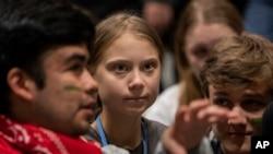 Aktivis perubahan iklim, Greta Thunberg (tengah), berbincang dengan sesama aktivis muda di konferensi iklim, COP25, di Madrid, 6 December 2019.