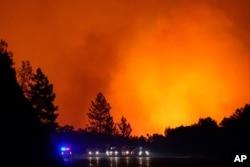 Los vehículos avanzaban por la autopista 168 mientras continúa el incendio Creek, el martes 8 de septiembre de 2020, cerca de Alder Springs, California.
