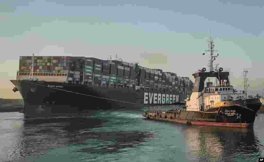 이집트 수에즈 운하에 좌초됐던 초대형 컨테이너선 '에버 기븐'호가 29일 견인선에 끌려서 이동하고 있다.
