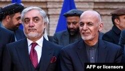 រូបឯកសារ៖ លោក Abdullah Abdullah (ឆ្វេង) បេក្ខជនប្រធានាធិបតីតំណាងគណបក្សប្រឆាំង និងលោកប្រធានាធិបតីអាហ្វហ្គានីស្ថាន Ashraf Ghani ក្នុងអំឡុងពេលសន្និសីទសារព័ត៌មានមួយ កាលពីថ្ងៃទី២៩ ខែកុម្ភៈ ឆ្នាំ២០២០។