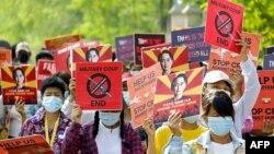 Người biểu tình mang theo hình ảnh của bà Aung San Suu Kyi.