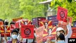FILE - Waandamanaji wakishinikiza kuachiwa kwa kiongozi aliyeondolewa madarakani Aung San Suu Kyi May 20, 2021.