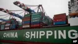 停泊在德國漢堡港的中國集裝箱貨輪。