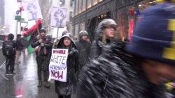 Manifestantes caminan hasta la Torre de Donald Trump