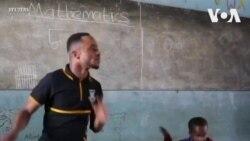 Giáo viên gây sốt với màn nhảy cùng học trò trong lớp