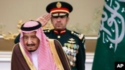 Raja Salman dari Arab Saudi menghadiri upacara penyambutan Presiden Rusia Vladimir Putin di Riyadh, 27 April 2019.