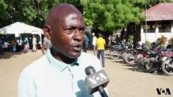 Wakazi wa Dar es Salaam wakitoa maoni juu ya zoezi la kupiga kura