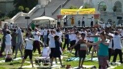 迎接瑜伽日:大批瑜伽爱好者在国会大厦草坪就地练功