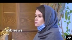 2020年11月25日出现在伊朗国家电视台播放的视频中的凯利·摩尔-吉尔伯特。