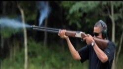 2013-02-03 美國之音視頻新聞: 白宮發照片期證明奧巴馬做雙向飛碟射擊