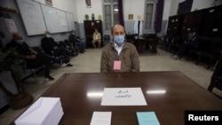 Un électeur portant un masque facial pour se protéger contre le COVID-19, lors du référendum constitutionnel à Alger, en Algérie, le 1er novembre 2020.