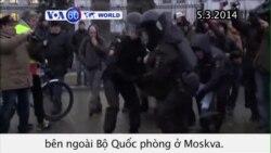 Người phản đối sự can thiệp của Nga ở Ukraina bị bắt (VOA60)