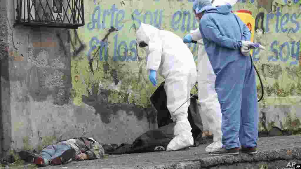 에콰도르 키토의 거리에서 범죄 과학 수사 대원들이 신종 코로나바이러스 감염증 사망자로 추정되는 시신을 조사하고 있다. 최근 코로나바이러스 확진자 3만 명을 넘어선 에콰도르에서는 의료,장례 체계가 붕괴위기에 놓였다.