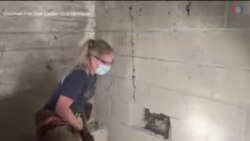 Nữ nhân viên cứu hộ phá tường cứu chú chó mắc kẹt