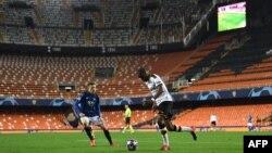 Laga sepak bola antara Valencia dan Atalanta di Estadio Mestalla, Valencia, Spanyol, berlangsung tanpa penonton di tengah pandemi COVID-19, 10 Maret 2020.