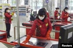 2월 28일 북한 평양의 백화점에서 직원이 신종 코로나 바이러스 감염증(COVID-19) 확산 방지를 막기 위해 계산대를 소독하고 있다.