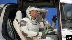 داگلس هرلی، دست چپ و رابرت بنکین در لباسهای فضانوردی اسپیساکس