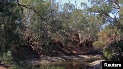 រូបឯកសារ៖ ទន្លេ Darling River ដែលរងគ្រោះពីគ្រោះរាំងស្ងួតនៅភាគខាងលិចក្រុង New South Wales ប្រទេសអូស្រ្តាលី កាលពីថ្ងៃទី២៥ ខែមេសា ឆ្នាំ២០១៩។