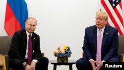 Los presidentes Vladímir Putin, a la izquierda, y Donald Trump durante su encuentro bilateral en la cumbre del G-20 celebrada en Osaka, Japón, el 28 de junio de 2019.