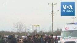 Des migrants attendent à la frontière entre la Turquie et la Grèce